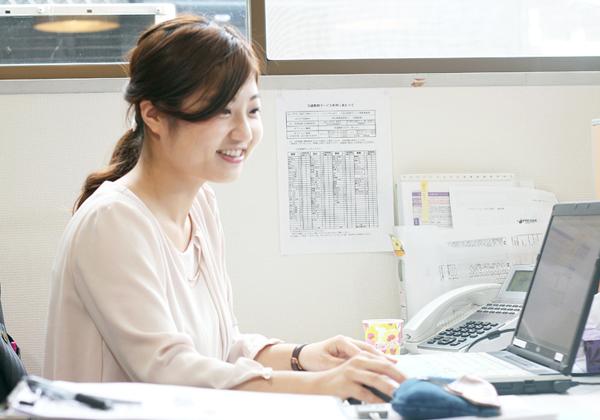 女性社員の社内での仕事風景