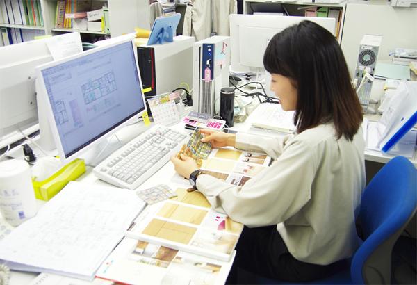 社内で仕事をする女性社員