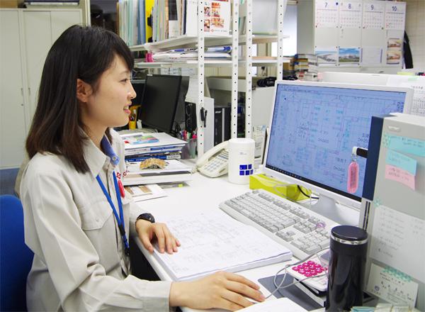 社内で作業する女性社員