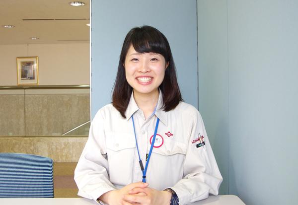 笑顔でインタビューに答える女性社員