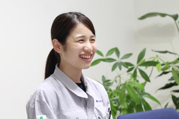 インタビューに笑顔で答える女性社員