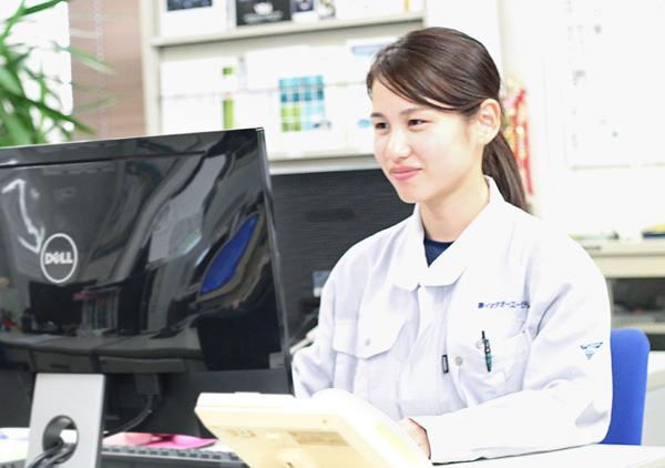 社内で事務作業をする女性社員