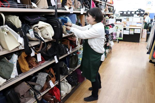 商品を整理する女性社員