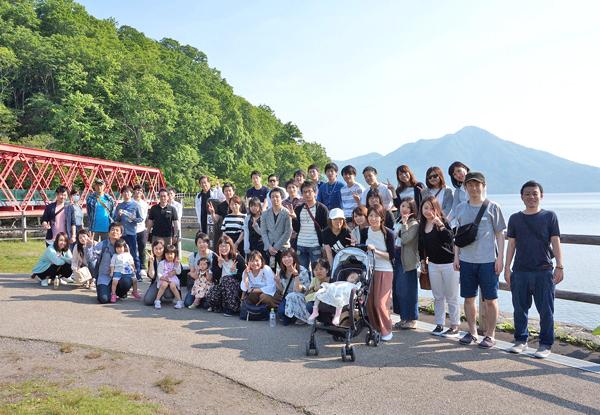 社員旅行で訪れた北海道での集合写真