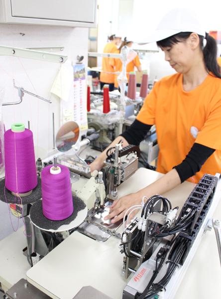 機械を操作している女性社員