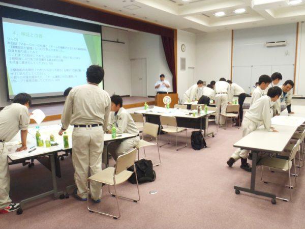 社内研修でグループワークに取り組む社員たち