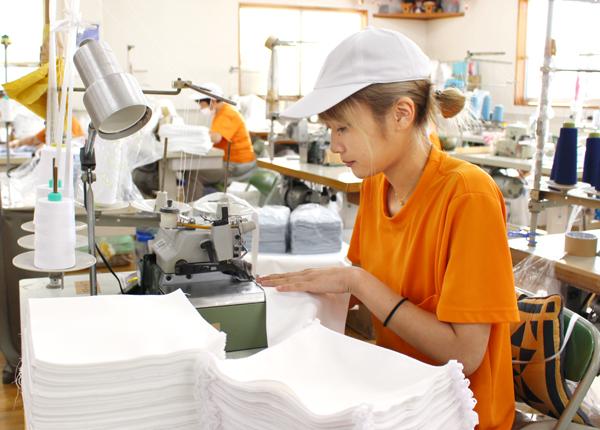 木下ソーイング_タオルを縫う若手社員