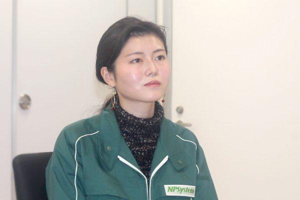 NPシステム_インタビュー中の若手社員