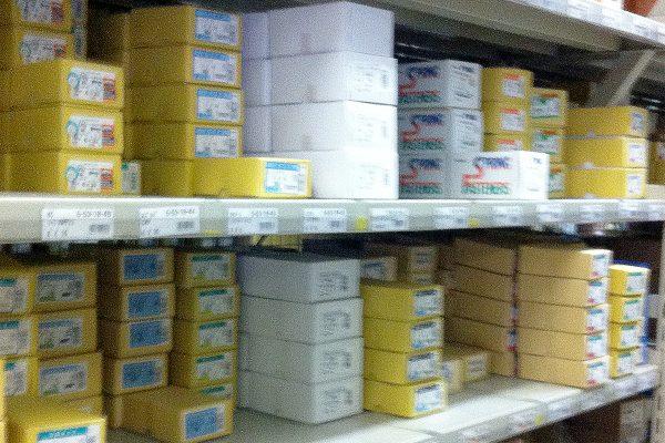 サトー産業_多種多様な商品が陳列された棚