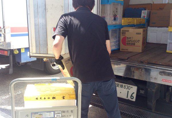 松宮_トラックへの積み込み作業