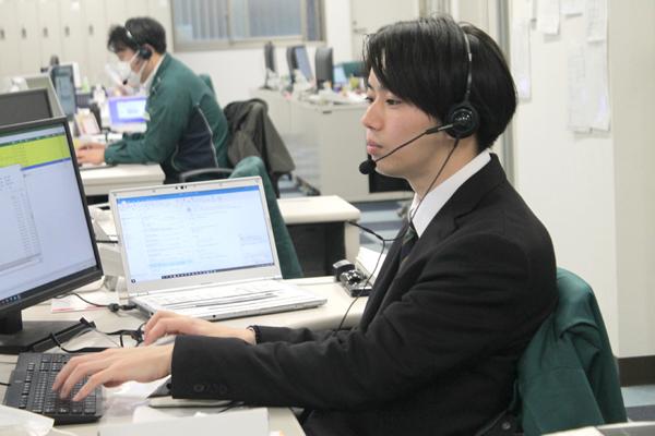 NPシステム開発_電話対応をする若手社員